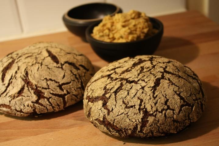 Hummus kan ätas på många olika sätt, till exempel med bröd, i sallad eller som dippsås.