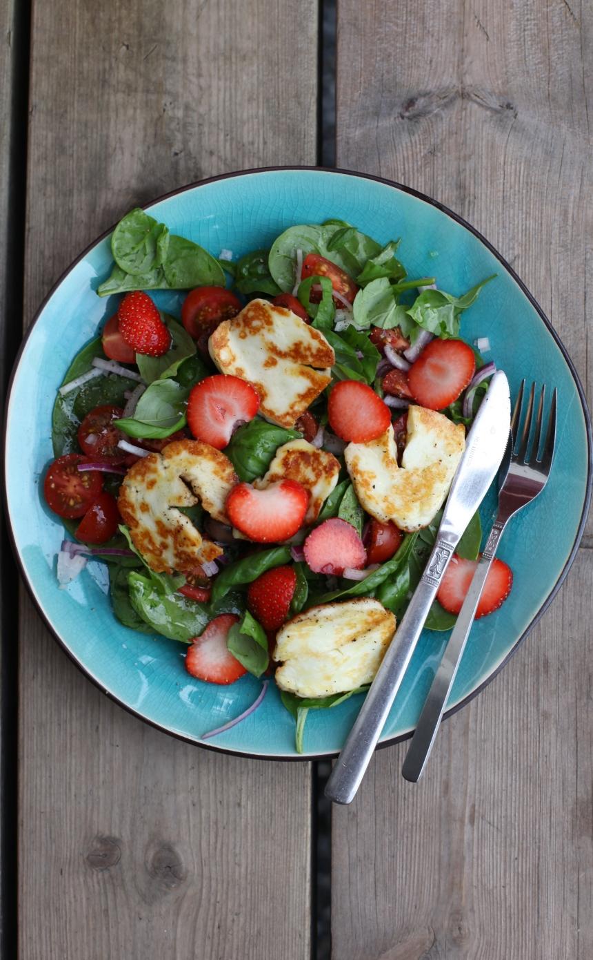 Halloumisallad med basilika och jordgubbar