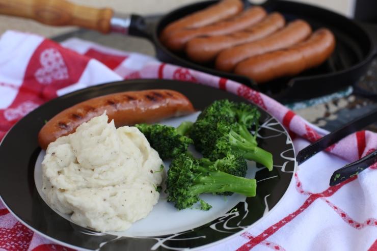 2 grillkorv med potatismos och broccoli
