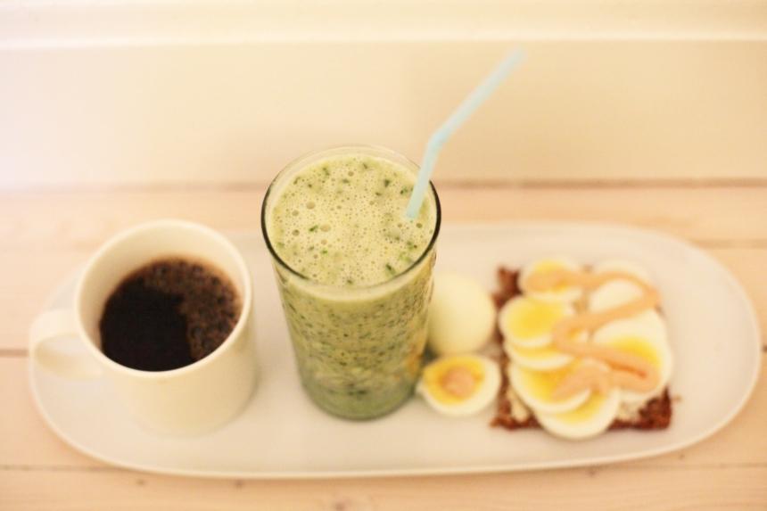 frukost ägg rågbröd smoothie