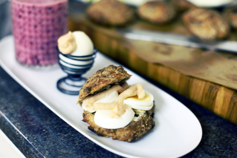 frukost med vinbärssmoothie och rågis med ägg 2