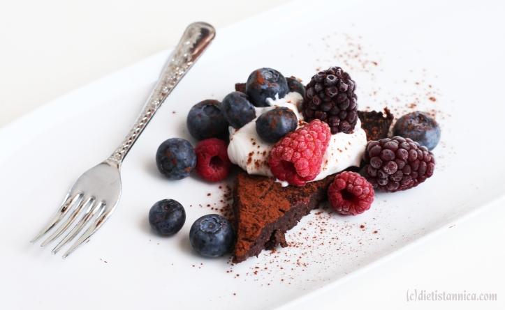 nyttig mjölkfri glutenfri sockerfri kladdkaka med dadlar avokado bär 1