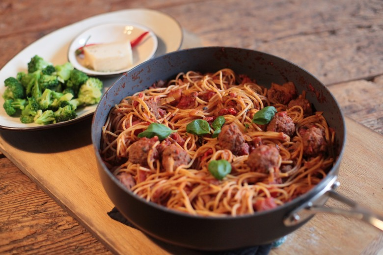 Pasta med köttbullar i tomatsås (2)