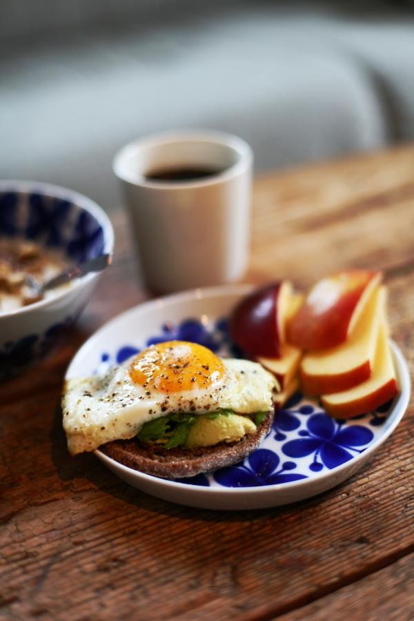 frukost äggmacka och äpple 1