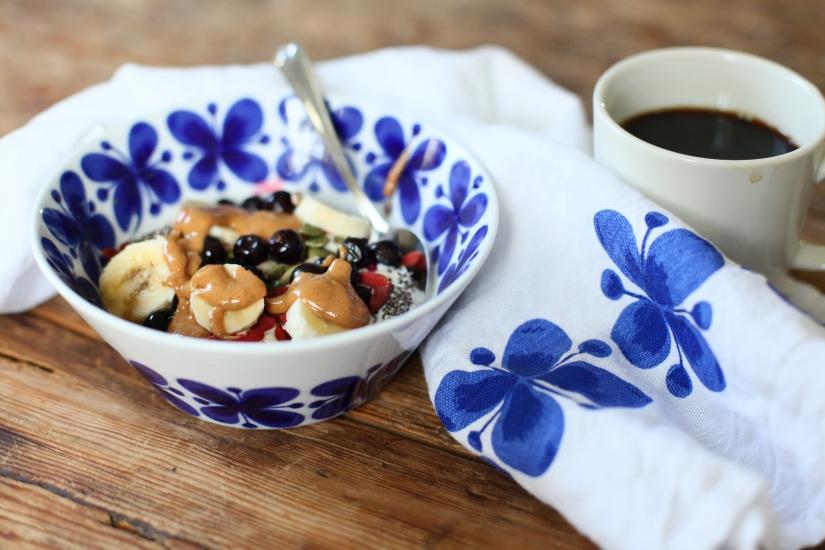 frukostinspiration svarta vinbär dietist blogg matblogg mon amie frukostskål