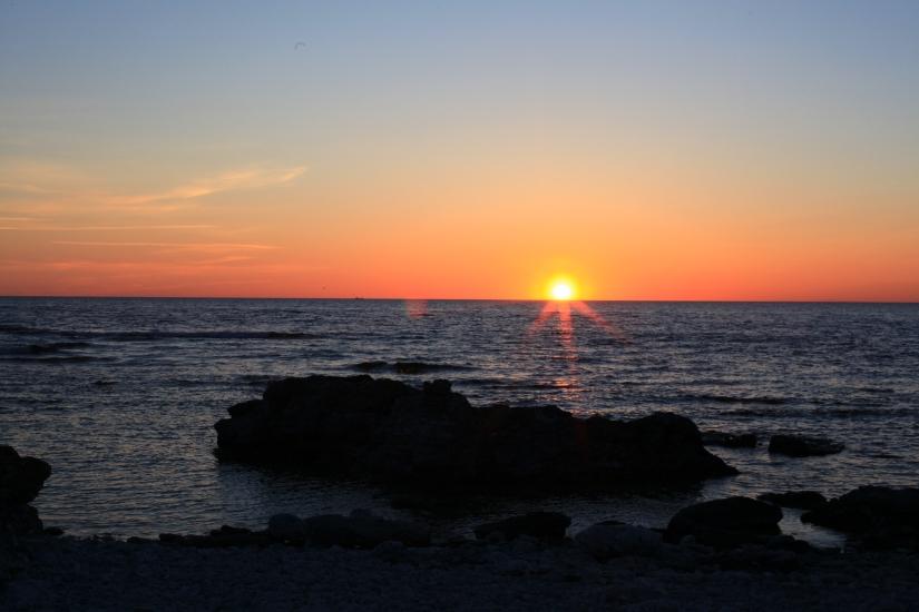 solnedgång över gotländska raukar langhammars