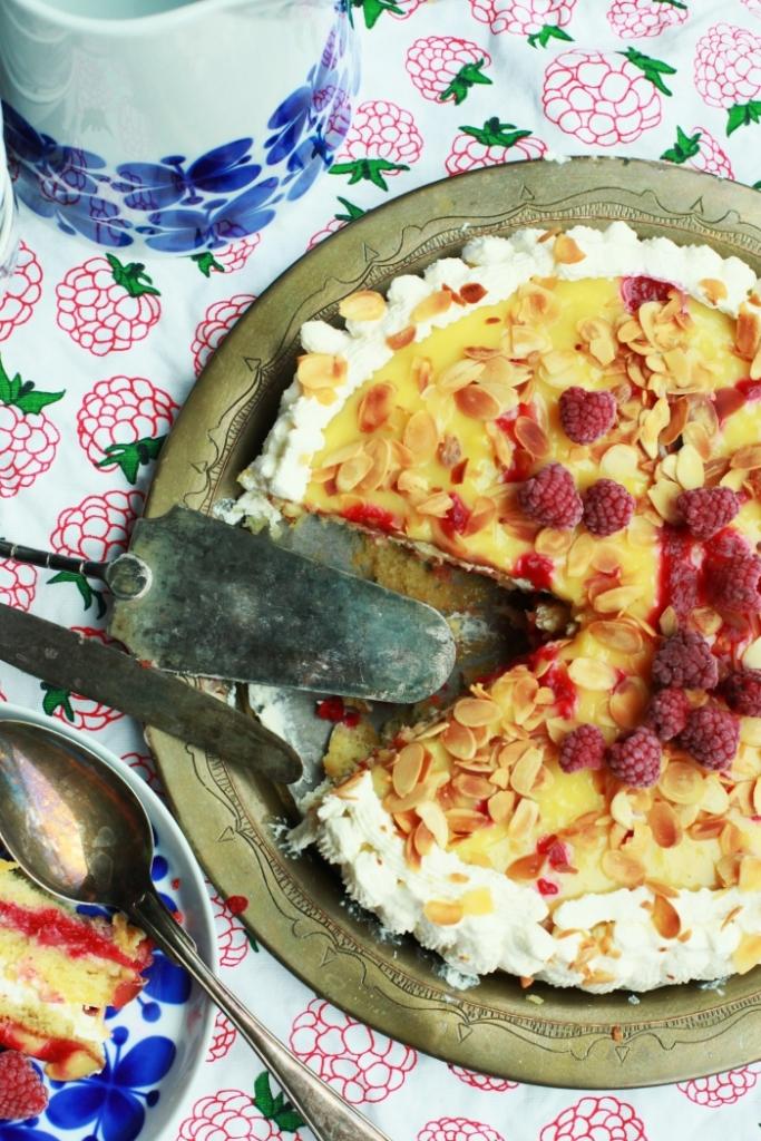lemoncurdtårta med hallonsås