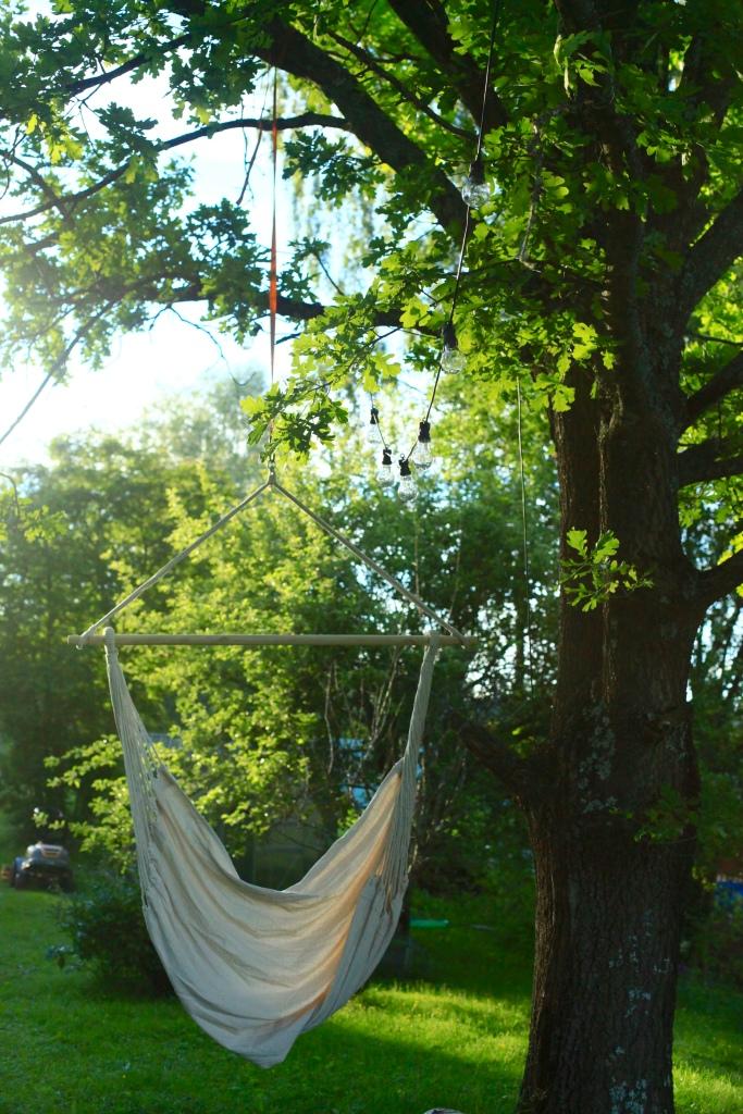 Under den stora eken har vi skapat ett litet paradis. En plats för reflektion med lampor som framträder i skymningen.