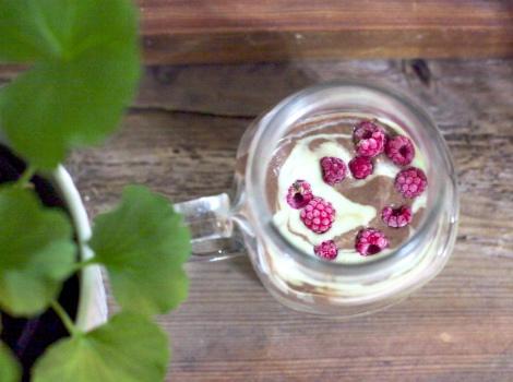 krämig smoothie med avokado och jordnötssmör
