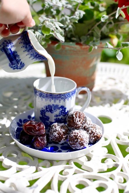 veganska mjölkfria nötfria chokladbollar med dadlar