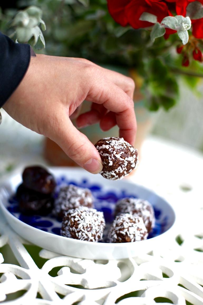 Veganska nötfria mjölkfria chokladbollar med dadlar